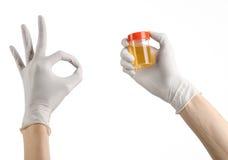 Medyczny temat: lekarki ręka w białych rękawiczkach trzyma przejrzystego zbiornika z analizą uryna na białym tle Obrazy Stock
