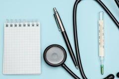 Medyczny termometr i stetoskop na bławym biurku w terapeuty biurze Medyczny pojęcie zimno i grypa obraz royalty free