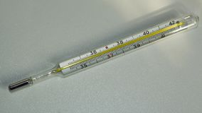 Medyczny termometr mierzyć ciało temperaturę w szpitalu 3d tła wizerunku odosobniony termometru biel zdjęcia stock