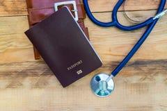 Medyczny turystyki pojęcie Stetoskop z paszportem na drewnianym Fotografia Stock