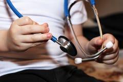 Medycznych instrumentów stetoskop w rękach chłopiec Fotografia Royalty Free
