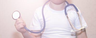 Medycznych instrumentów stetoskop w rękach chłopiec Fotografia Stock