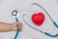medycznych instrumentów stetoskop w ręce dziewczynka Obraz Stock