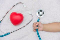 medycznych instrumentów stetoskop w ręce dziewczynka Zdjęcia Stock
