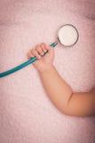 medycznych instrumentów stetoskop w ręce dziewczynka Obrazy Royalty Free