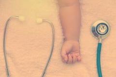 medycznych instrumentów stetoskop w ręce nowonarodzona dziewczynka Fotografia Stock