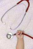 medycznych instrumentów stetoskop w ręce nowonarodzona dziewczynka Obraz Royalty Free