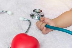 medycznych instrumentów stetoskop w ręce nowonarodzona dziewczynka Zdjęcia Stock