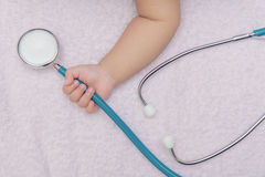 medycznych instrumentów stetoskop w ręce nowonarodzona dziewczynka Obrazy Stock
