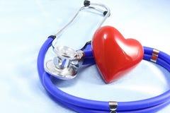 Medycznych instrumentów, stetoskopu i czerwieni zbliżenia kierowy strzał, Fotografia Royalty Free