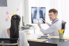 Medycznych profesjonalistów mężczyzna mienia Kaukaski promieniowanie rentgenowskie obraz royalty free