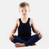 Medytaci dziecka ćwiczy joga chłopiec robi joga Zdjęcie Royalty Free
