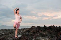 Medytaci dziewczyna na plaży obraz royalty free