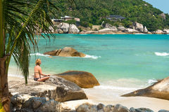Medytaci joga dziewczyna przy Koralową zatoczki plażą przy Koh Samui wyspą Zdjęcia Stock
