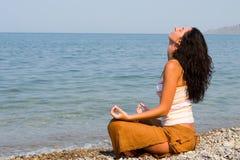 medytaci plażowa kobieta Zdjęcie Royalty Free