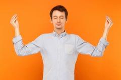 Medytacja, umysłowa praktyka Młody dorosły mężczyzna zamykający doi i oczy Fotografia Stock