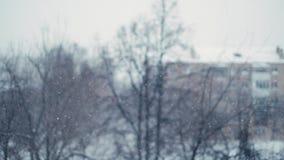 Medytacyjny opad śniegu w mieście Strzelać z bokeh skutkiem w zwolnionym tempie zbiory