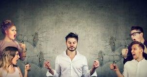 Medytować biznesmena płaci żadny uwagę tłum krzyczący gniewni ludzie obraz stock