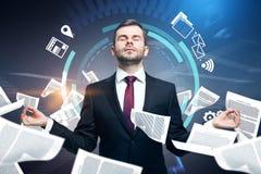 Medytować biznesmena, papierkowej roboty przeciążenie obraz royalty free