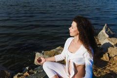 Medytować kobieta w ciąży w lotosowej pozyci zdjęcie stock