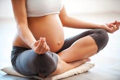 Medytować na macierzyńskim Zdjęcia Royalty Free