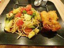 Mee goreng med frasig stekt kyckling Arkivfoto