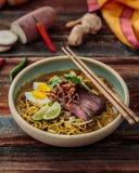 Mee rebus eller malaysian kokta nudlar i sötpotatissky fotografering för bildbyråer