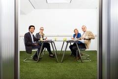 Meeing σε μια βιώσιμη αίθουσα συνδιαλέξεων Στοκ φωτογραφία με δικαίωμα ελεύθερης χρήσης