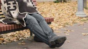 Meelijwekkende werkloze mensenzitting op bank in park, dakloosheid, sociale kwetsbaarheid stock videobeelden