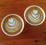 2 meeneem vlakke witte koffiekoppen Royalty-vrije Stock Fotografie
