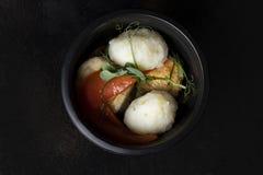 Meer-†‹â€ ‹Kohl mit gedämpftem Gemüse, asiatische Mahlzeit im Plastiknahrungsmittelbehälter, Draufsicht lizenzfreie stockfotografie