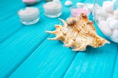 Meer-†‹â€ ‹Salz in weiße Glassteine und Shell für Badekurort und Entspannung auf einem blauen Hintergrund Lizenzfreie Stockfotos