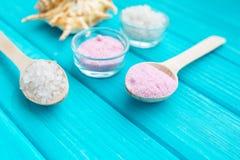 Meer-†‹â€ ‹Salz in weiße Glassteine und Shell für Badekurort und Entspannung auf einem blauen Hintergrund Stockbild
