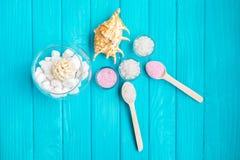 Meer-†‹â€ ‹Salz in weiße Glassteine und Shell für Badekurort und Entspannung auf einem blauen Hintergrund Lizenzfreies Stockfoto