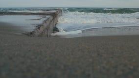 Meer-†‹â€ ‹Welle und Pier im Meer stock video footage