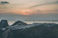 Meer über den nassen Felsen Stockfoto