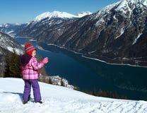 Meer Achensee en wandelend kind in Oostenrijk Stock Foto's