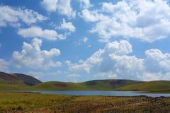 Meer Akna door Geghama bergen op een wandelingssleep wordt omringd die van Azhdahak-vulkaan in Armenië leiden dat royalty-vrije stock afbeeldingen