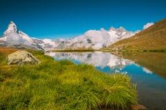 Meer in Alpen dichtbij aan Mattehorn royalty-vrije stock foto's