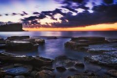 Meer Avalon Blue Rocks Dark Stockfotografie