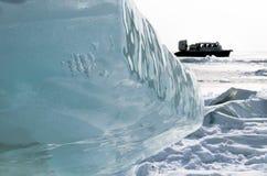 Meer Baikal in de winter Zuivere blauwe ijsschol op hovercraftachtergrond royalty-vrije stock afbeeldingen