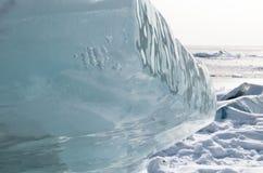 Meer Baikal in de winter Zuivere blauwe ijsschol op sneeuwoppervlakte royalty-vrije stock foto's