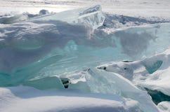 Meer Baikal in de winter Zuivere blauwe ijsschol op sneeuwoppervlakte stock afbeelding