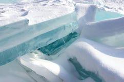 Meer Baikal in de winter Zuivere blauwe ijsschol op sneeuwoppervlakte stock fotografie