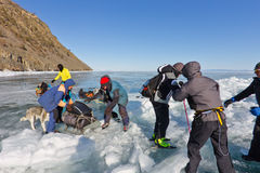Meer Baikal, Rusland, 24 Maart De kruising door de barst binnen Stock Foto