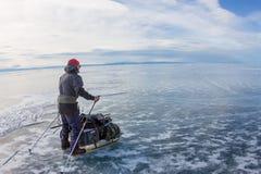 Meer Baikal, Rusland - Maart 24, 2016: Mannelijke toerist die op Th lopen Royalty-vrije Stock Foto