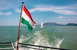 Meer Balaton van een schipdek met een Hongaarse vlag dichtbij aan Bada Royalty-vrije Stock Foto's