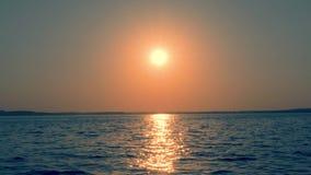 Meer bei goldenem Sonnenuntergang, in dem The Sun-Strahlen die glitzernde Straße auf dem Wasser herstellt stock video