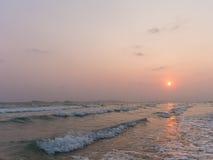 Meer bei Sonnenuntergang von Thailand-Strand Lizenzfreies Stockbild