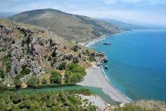 Meer, Berge, Fluss und Palmen Lizenzfreie Stockfotos